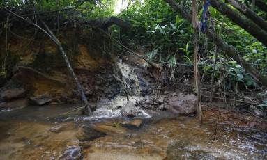 O chorume de lixão de Angra dos Reis vai para um riacho, que deságua numa praia de condomínios de luxo da cidade Foto: Pablo Jacob / Agência O Globo