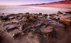 Rastros deixados por dinossauros em rochas de 140 milhões de anos Foto: DAMIAN KELLY / AFP