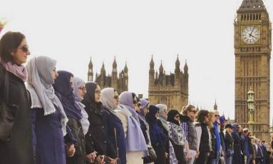 Mulheres dão as mãos em homenagem à vítimas do terror Foto: Reprodução/Twitter