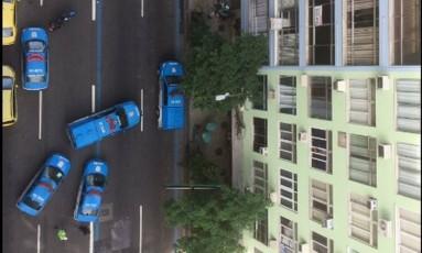 Cinco carros da polícia foram mobilizados para cercar o local do suposto assalto Foto: Felipe W. / Divulgação