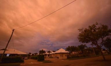 O tempo fechou em cidades como Ayr, ao norte de Queensland, enquanto o ciclone Debbie se aproxima Foto: PETER PARKS / AFP