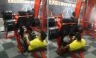 Homem quebra perna ao pôr carga excessiva em exercício Foto: Reprodução/Facebook
