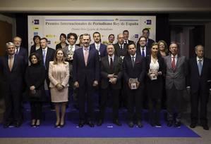 O rei Felipe VI e os comunicadores premiados: Vinicius aparece centralizado, na segunda fileira Foto: EFE