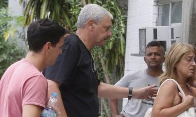 Parentes de turistas argentinos mortos no Rio na chegada ao IML Foto: Antonio Scorza / Agência O Globo