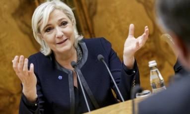 Marine Le Pen gesticula enquanto fala com Vyacheslav Volodin, durante encontro no Parlamento Russo, em Moscou. Foto: Anna Isakova / AP