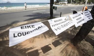 Os cartazes num canteiro de plantas Foto: Ana Branco / Agência O Globo