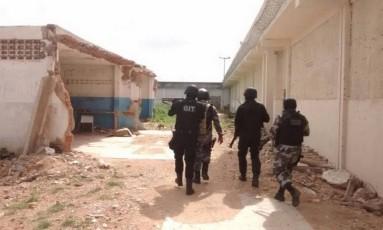 Policiais militares entram no presídio em Roraima para manter o controle da unidade onde 33 presos morreram Foto: Divulgação OAB Roraima