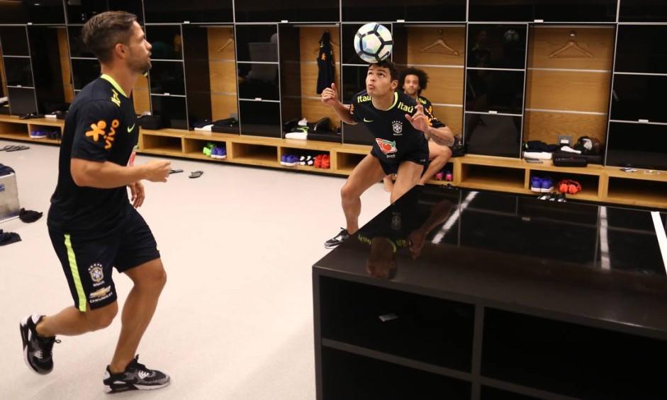 Jogadores batem bola no vestiário da Arena Corinthians Foto: Lucas Figueiredo / CBF