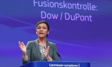 A comissária europeia de Concorrência, Margrethe Vestager, durante a entrevista coletiva sobre a fusão entre Dow e DuPont Foto: YVES HERMAN / REUTERS