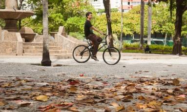 Segunda-feira de outono na Praça General Osório, em Ipanema Foto: Brenno Carvalho / Agência O Globo