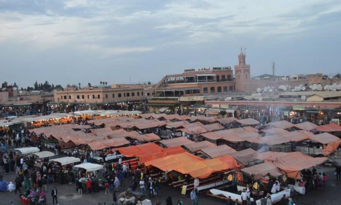 A famosa praça Djemma El Fna, tombada pela Unesco, em Marrakech, no Marrocos Foto: Silvia Amorim / Agência O Globo