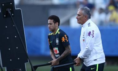 Neymar e Tite no treino de domingo Foto: Lucas Figueiredo/CBF