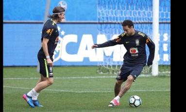 Filipe Luis e Neymar se divertem no treino na Arena Corinthians Foto: Pedro Martins / Mowa Press