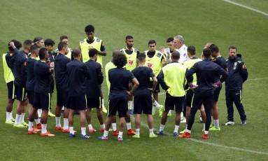 O técnico Tite conversa com os jogadores da seleção na Arena Corinthians Foto: Edilson Dantas
