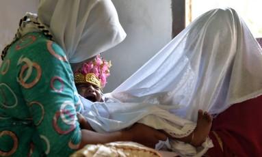 Salsa Djafar de um ano e meio passa por ritual de mutilação genital Foto: BAY ISMOYO / AFP