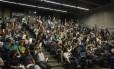 Professores votam em assembleia pela manutenção do estado de greve Foto: Guito Moreto / Agência O Globo