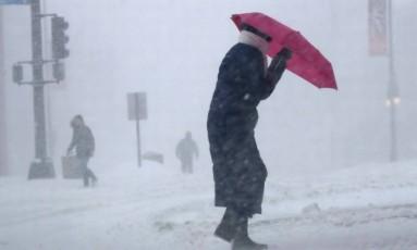 Mulher enfrenta tempestade de neve no estado americano do Maine: circulação atmosférica alterada provoca mais eventos extremos Foto: Robert F. Bukaty/AP