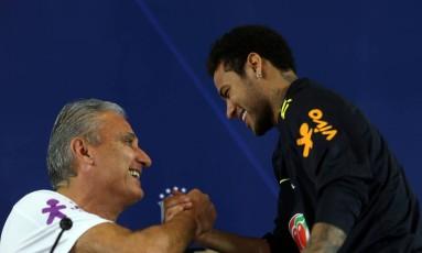 Tite cumprimenta Neymar na coletiva de imprensa nesta segunda-feira, em São Paulo Foto: PAULO WHITAKER / REUTERS