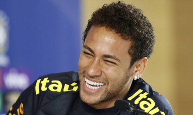 Neymar sorri durante coletiva nesta segunda-feira Foto: Edilson Dantas