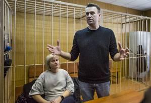 Alexei Navalny fala durante sessão em corte russa, acompanhado pela advogada Olga Mikhailova Foto: Denis Tyrin / AP