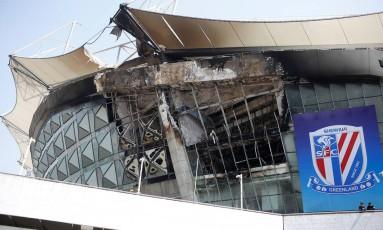 Parte externa do estádio do Shanghai SIPG ficou danificada pelo fogo Foto: ALY SONG / REUTERS