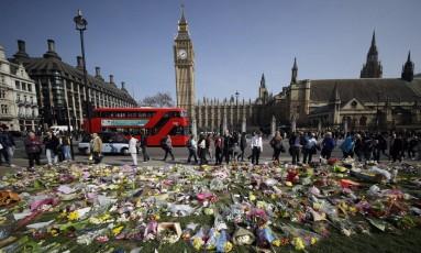Flores em homenagens às vítimas do ataque em Londres são colocadas em frente ao Palácio de Westminster Foto: Matt Dunham / AP