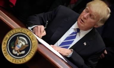 Contrariando praticamente toda a comunidade científica, o presidente americano, Donald Trump, não acredita na influência do homem no aquecimento global Foto: CARLOS BARRIA / REUTERS