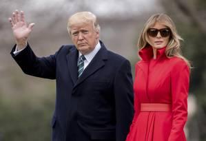 Presidente dos EUA, Donald Trump, e sua mulher, Melania Trump, acenam a jornalistas na Casa Branca Foto: Andrew Harnik / AP