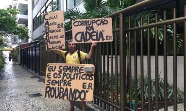 O homem que protesta em frente ao prédio de Adriana Ancelmo Foto: Ana Branco / Agência O Globo