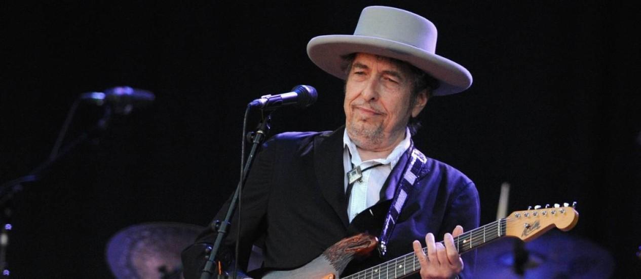 O cantor Bob Dylan toca guitarra em show Foto: Alfred Tanneau / AFP