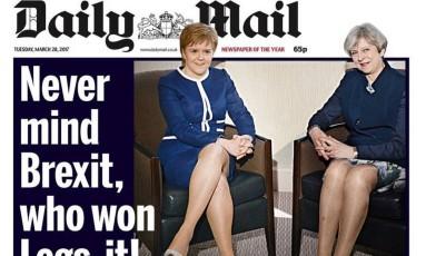 Capa do tablóide estampou pernas de Nicole Sturgeon (à esquerda) e Theresa May comtrocadilho polêmico Foto: Reprodução / Daily Mail