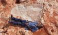 Aborígene se deita ao lado de pegada jurássica de 1,75 metro na Austrália