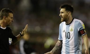 Messi discute com assistente brasileiro Emerson Augusto de Carvalho na vitória da Argentina sobre o Chile: atacante foi punido por xingamentos Foto: Victor R. Caivano / AP
