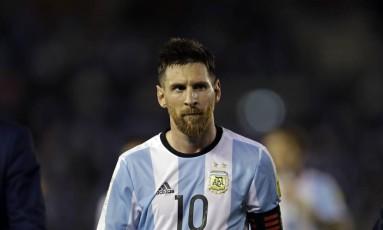Messi deixa o campo com expressão fechada após vitória da Argentina sobre o Chile Foto: Victor R. Caivano / AP