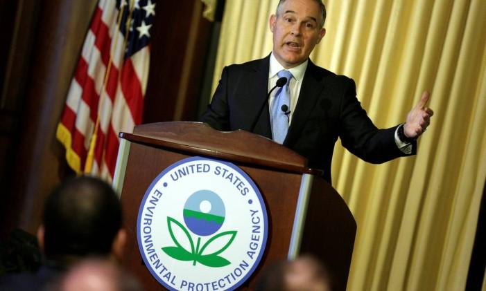 FILE PHOTO: Scott Pruitt, administrator of the Environmental Protection Agency (EPA), speaks to employees of the agency in Washington, U.S., February 21, 2017. REUTERS/Joshua Roberts/File Photo Foto: JOSHUA ROBERTS / REUTERS