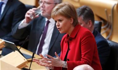 Premier regional Nicola Sturgeon discursa no Parlamento escocês no segundo dia de debate sobre a convocação de um novo referendo de indpendência do Reino Unido Foto: RUSSELL CHEYNE / AFP