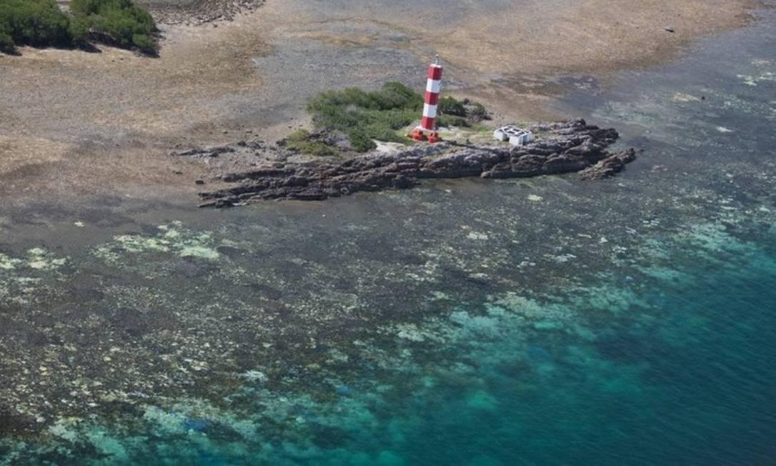 Imagem aérea mostra os corais brancos na Grande Barreira de Corais da Austrália, que está sendo destruída pelo aquecimento e acidificação dos mares Foto: ARC Centre of Excellence for Coral Reef Studies / Terry Hughes