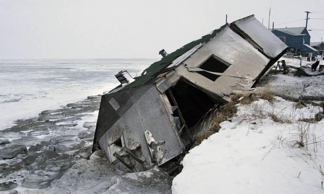 Nos EUA, uma comunidade formada por cerca de 600 pessoas no estado do Alasca decidiu mudar de lugar por causa da elevação do nível do mar provocada pelo aquecimento global Foto: AP / Diana Haecker