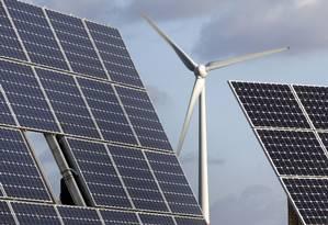 Europeus apostam em fontes renováveis de energia, como a eólica e a solar Foto: Michael Sohn / AP