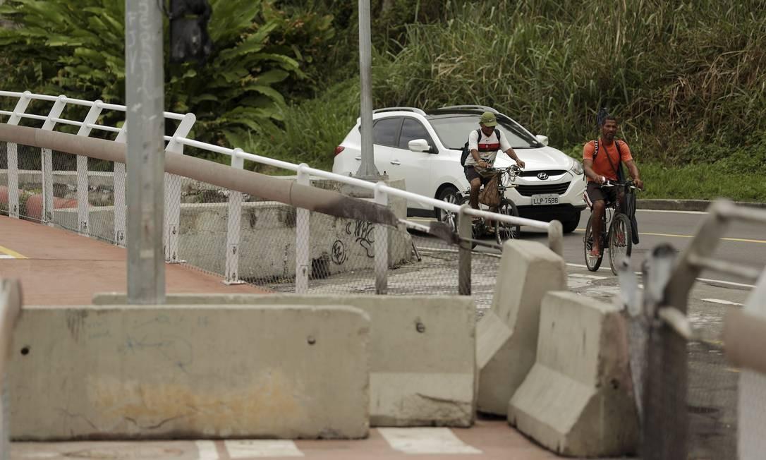 Com interdição de ciclovia, cilistas circulam perto dos carros na Avenida Niemeyer Foto: Gabriel de Paiva / Agência O Globo