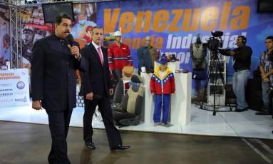Presidente Nicolas Maduro (à esq.) participa da Exposição Potência Venezuela, junto ao vice-presidente Tareck El Aissami, em Caracas Foto: HANDOUT / REUTERS