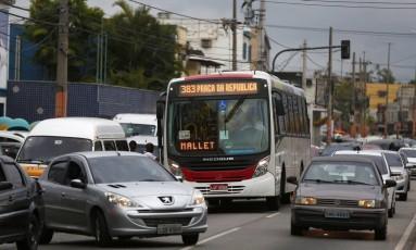 Desordem. Veículo forma fila tripla na Intendente Magalhães, e ônibus embarca passageiros fora do ponto Foto: marcelodejesus / Agência O Globo