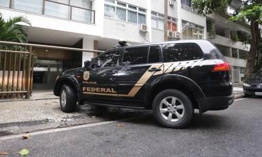 Polícia Federal chega na casa de Adriana Ancelmo, no Leblon. Foto: Márcio Alves / Agência O Globo