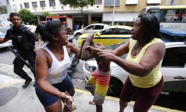 Mãe se descontrola em frente à delegacia de Copacabana e bate no filho levado pela polícia por envolvimento com o tráfico Foto: PABLO JACOB / Agência O Globo