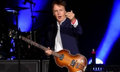 Cantor Paul McCartney durante um show Foto: KEVIN WINTER / AFP