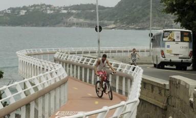 Ciclista atravessa área interditada da Ciclovia Tim Maia: Crea recomendou que estrutura continue fechada Foto: Gabriel de Paiva