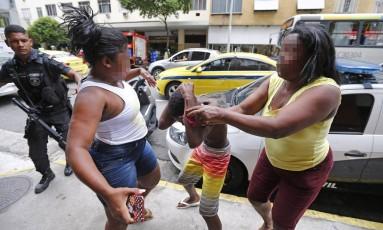 Uma mãe se desesperou ao ver o filho, um menor de 12 anos, detido por tráfico de drogas Foto: Pablo Jacob / Agência O Globo
