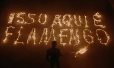 """No filme, """"Isso aqui é Flamengo"""" aparece escrito em fogo Foto: Reprodução"""
