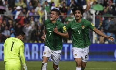 Arce, à esquerda, e Moreno comemoram o primeiro gol da Bolívia na vitória sobre a Argentina Foto: JUAN MABROMATA / AFP