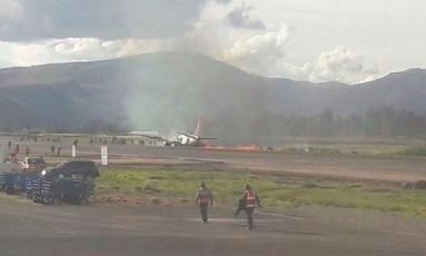 Avião da empresa local Peruvian Airlines pega fogo na pista de aterrissagem do aeroporto de Jauja Foto: El Comercio/GDA